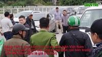 """Người đàn ông bán """"vé lạ"""" trận Việt Nam - Thái Lan bị đưa về đồn công an"""