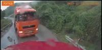 Thót tim khoảnh khắc xe container trôi tự do trên đường đèo dốc trơn trượt