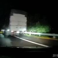 Tránh chướng ngại vật rơi trên đường cao tốc, ô tô suýt gặp tai nạn kinh hoàng