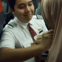 Tiếp viên hàng không tận tình bón thức ăn, lau miệng cho khách