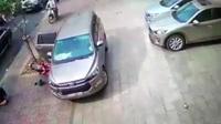 Ô tô mở cửa bất cẩn va xe máy... đi trên vỉa hè