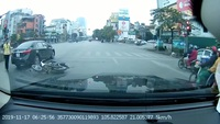 Tự chuốc hoạ vì vừa đi xe máy vừa sử dụng điện thoại di động