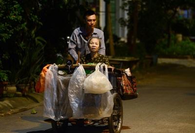 Chàng trai hiếu thảo đẩy mẹ đi nhặt rác vì sợ mẹ lạc