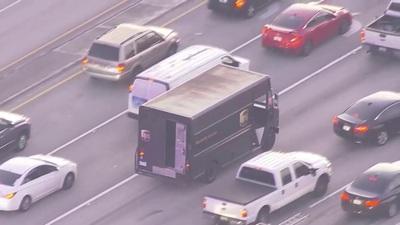 Cảnh sát Mỹ rượt đuổi, đấu súng với nghi phạm trên cao tốc như phim hành động