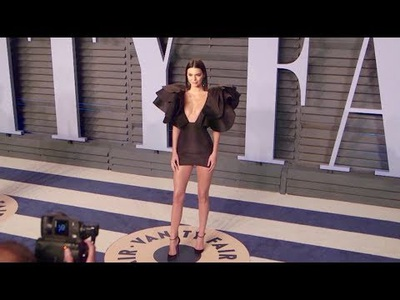 Kendall Jenner gợi cảm với váy ngắn