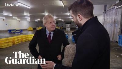 """Thủ tướng Anh hứng """"bão"""" chỉ trích vì bỏ điện thoại của phóng viên vào túi"""
