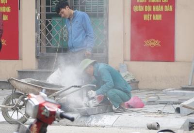 """Hà Nội: Vỉa hè nhiều tuyến phố thành """"đại công trường"""" những ngày cận Tết"""