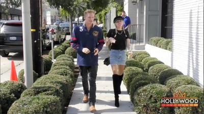 Miley Cyrus tình tứ nắm tay Cody Simpson