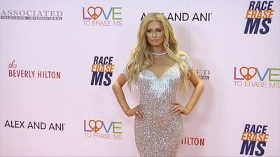 Paris Hilton duyên dáng với váy nhũ bạc