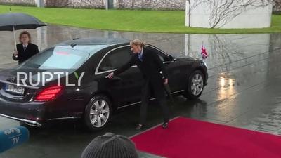 Xe chở Thủ tướng May gặp sự cố khi gặp bà Merkel