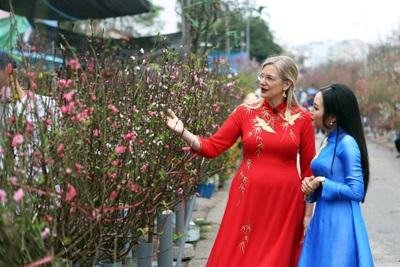 Nữ Đại sứ Thuỵ Điển đi chợ mua đào, gặp ông đồ xin chữ