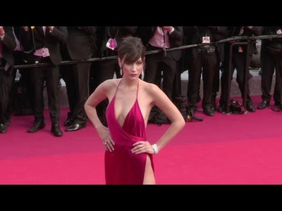 Bella Hadid diện váy đỏ xẻ bạo