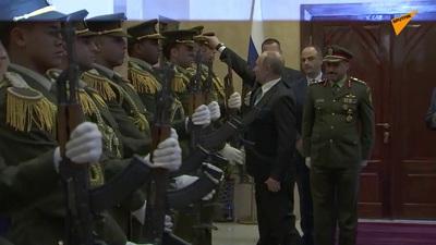 """Video Tổng thống Putin nhặt mũ cho quân nhân gây """"bão"""" mạng"""
