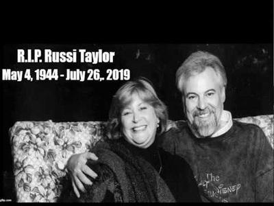 """Bà Russi và ông Wayne hát """"When You Wish Upon a Star"""""""