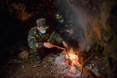 Những chiến sĩ đắp đá làm giường, ròng rã nơi biên giới chống dịch corona