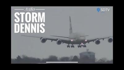 """""""Thót tim"""" màn hạ cánh kiểu """"cua bò"""" của siêu máy bay A380 tại Anh"""