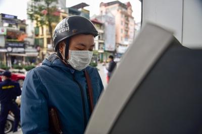 """Hà Nội: Cây ATM """"thiếu"""" nước rửa tay, người dân lo ngại lây lan dịch"""