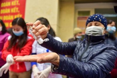 Hà Nội: Người dân xếp hàng dài nhận nước rửa tay miễn phí