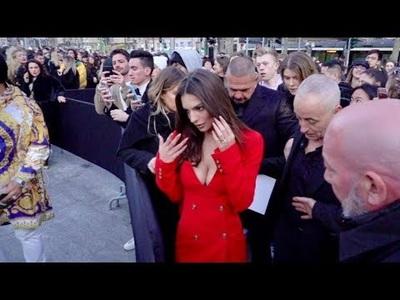 Emily Ratajkowski diện váy đỏ gợi cảm