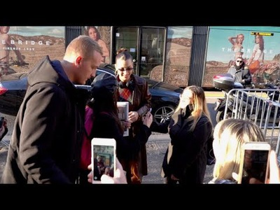 Bella Hadid thân thiện với fans