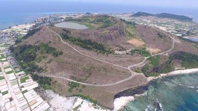 Hồ trên đỉnh núi lửa đang ở mực nước chết