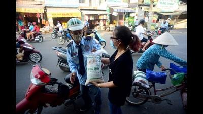 Người Sài Gòn ra tay trợ giúp bà con bán vé số mùa dịch