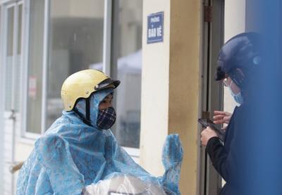 """Hà Nội: Nhiều người """"đội mưa"""" đi test nhanh Covid-1 9 hụt"""