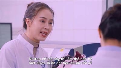 Hồng Diễm được chuyên gia Cô Gái Hà Lan giải đáp cách thức kiểm tra mẫu sữa nguyên liệu đều đạt chuẩn, không lẫn nước