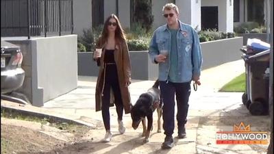 Emily Ratajkowski và chồng dắt cún đi dạo