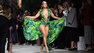 Jennifer Lopez trình diễn cho Versace