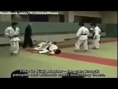 """Đại sư """"truyền điện"""" thua bẽ mặt trước võ sĩ MMA chỉ sau 1 phút"""