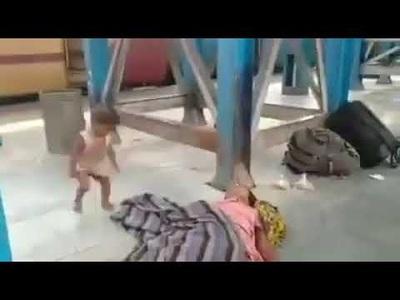 Ấn Độ rúng động video con cố đánh thức mẹ tử vong ở ga tàu