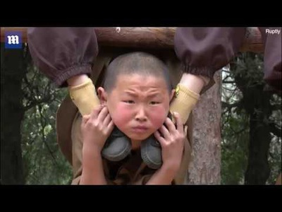 """Kinh ngạc với sự khổ luyện """"đau đớn"""" của chú tiểu ở Thiếu Lâm tự"""