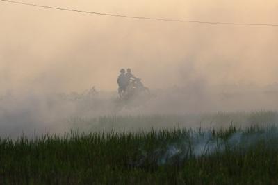 Cảnh khói trắng đặc quánh bao phủ cửa ngõ Hà Nội