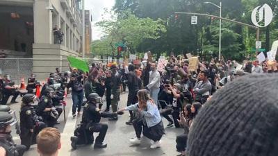 Cảnh sát Portland quỳ gối cạnh người biểu tình