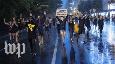 Người biểu tình xuống đường ở thủ đô Washington bất chấp trời mưa