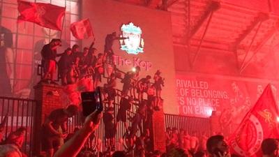 CĐV Liverpool ăn mừng chức vô địch Premier League