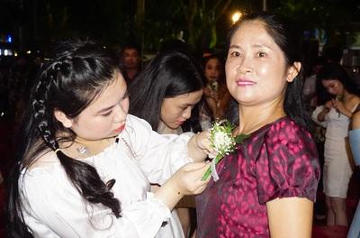 Xúc động lễ tri ân trưởng thành của HS Trường THPT Hà Huy Tập (Nghệ An)