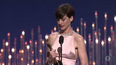 """Anne Hathaway nhận tượng vàng Oscar cho Nữ phụ xuất sắc với vai diễn trong """"Les Miserables"""" (2012)"""