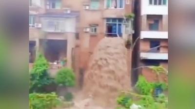 Video bùn lầy chảy từ cửa sổ nhà dân như thác nước tại Trung Quốc