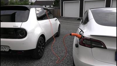 Honda E sạc điện cho xe Tesla Model 3