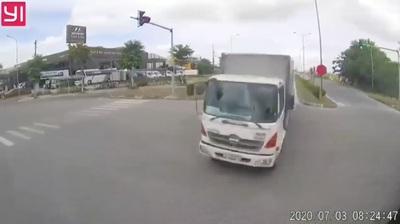 Tình huống ô tô tải đấu đầu xe container giữa ngã tư gây tranh cãi