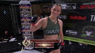 Nữ hoàng MMA ra đòn hiểm, khiến đối thủ xin hàng