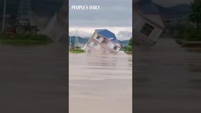 Khoảnh khắc nước lũ đánh sập ngôi nhà ở Trung Quốc trong nháy mắt