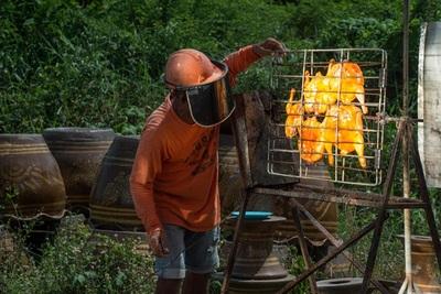 """Món gà nướng mặt trời """"có một không hai"""": 20 năm vẫn """"cháy hàng"""" ở Thái Lan"""