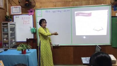 Cô Phạm Thị Mộng Lan trong giờ dạy trẻ đặc biệt