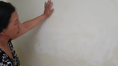 Khánh Hòa: Dân bức xúc vì tường nhà bị thấm nước, bong tróc
