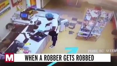 Tên cướp có vũ trang mải lấy tiền, bị trộm lại tiền mà không hay biết