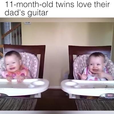 Phản ứng đáng yêu của cặp sinh đôi 11 tháng tuổi khi nghe tiếng đàn của bố