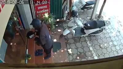 """Hà Nội: Chủ cửa hàng điện thoại đối mặt kẻ ăn xin mặt đen """"quái dị"""""""